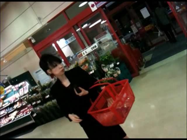 四十路の素人女性の無料おばさん動画。スーパーで晩御飯の買い物してる四十...